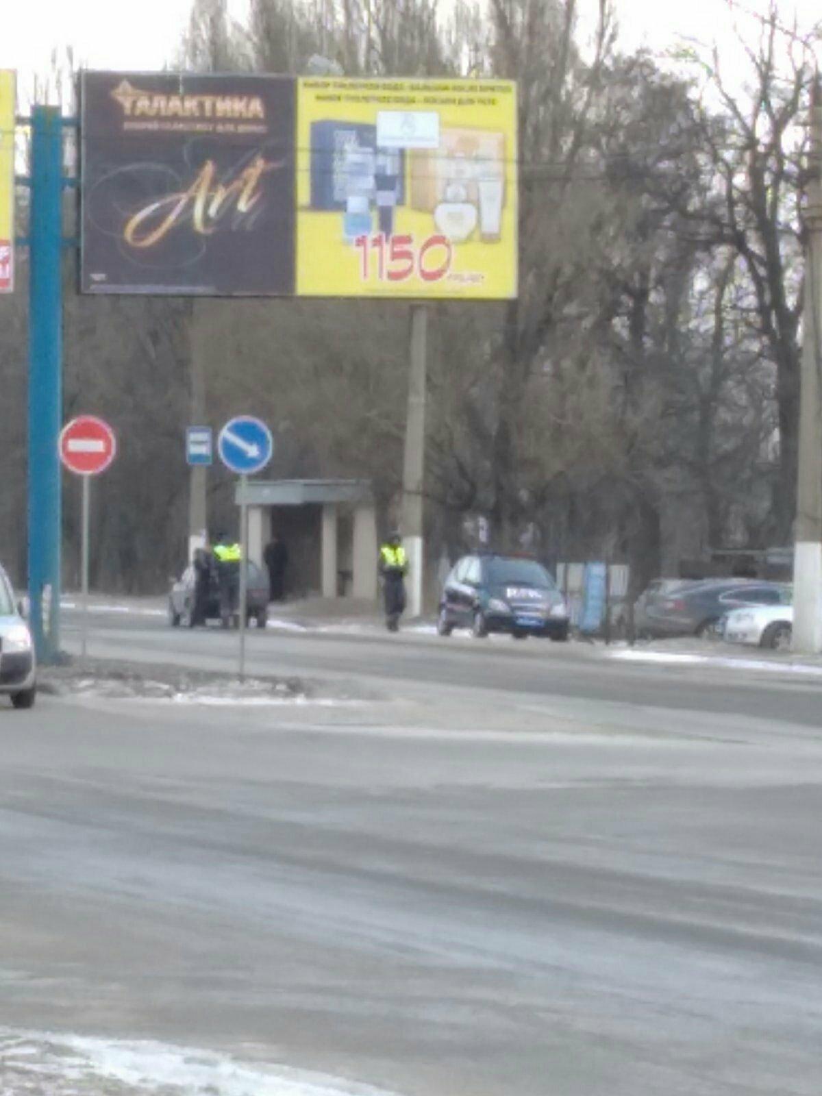 В оккупированной Макеевке патруль «ГАИ ДНР» устроил «засаду» прямо на остановке, - ФОТО, фото-1