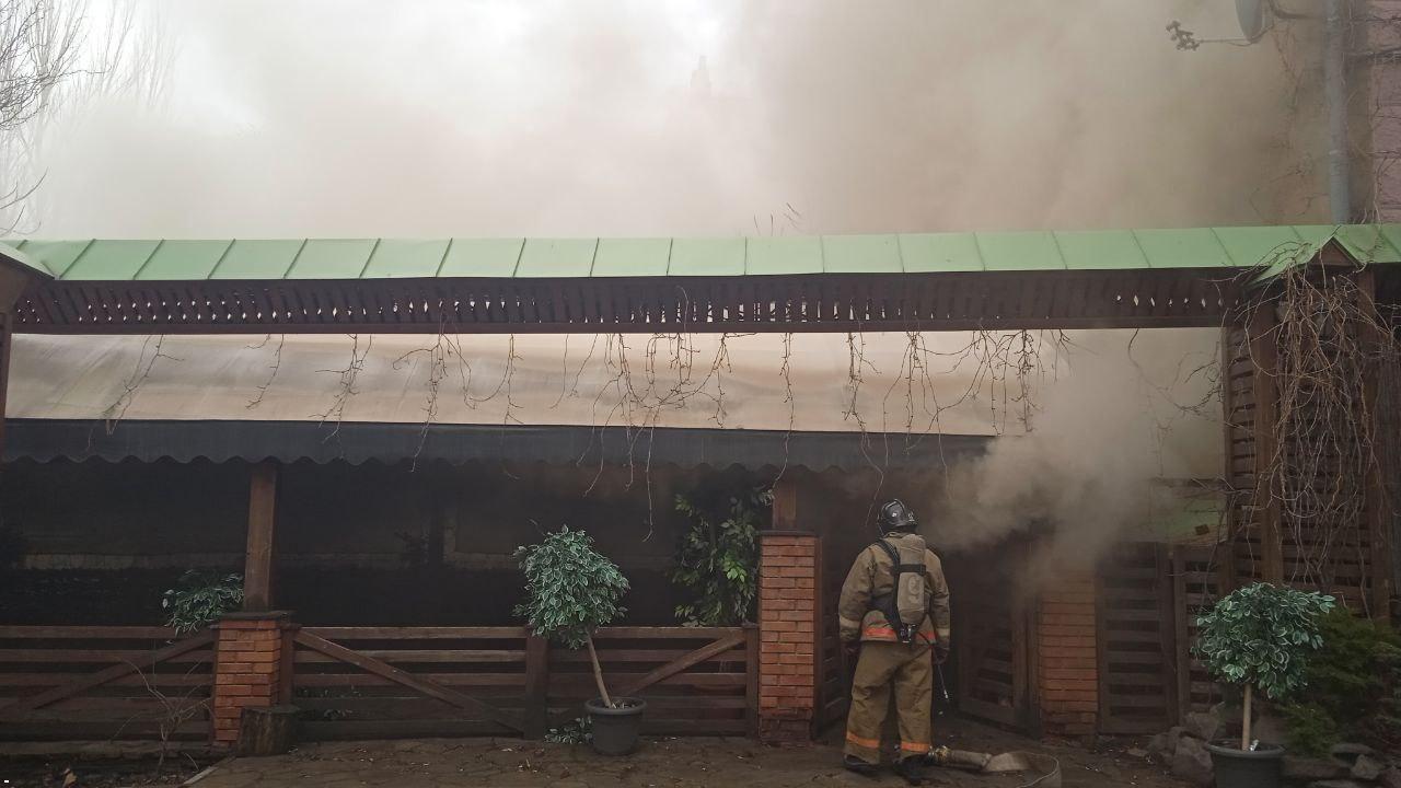 В центре Донецка горит бар «Свинья», - ФОТО, фото-1
