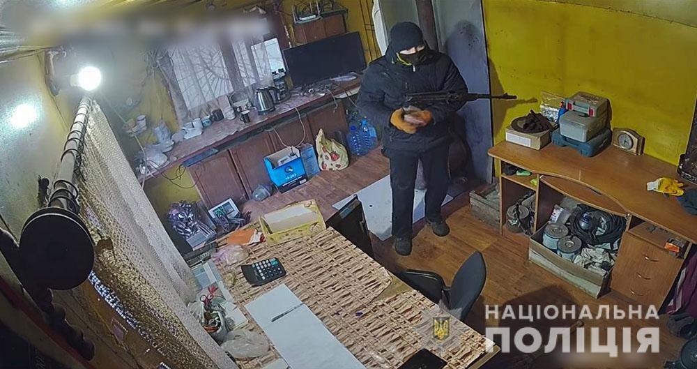 В Донецкой области вооруженный автоматом бандит ограбил пункт приема металлолома, - ФОТО, фото-1