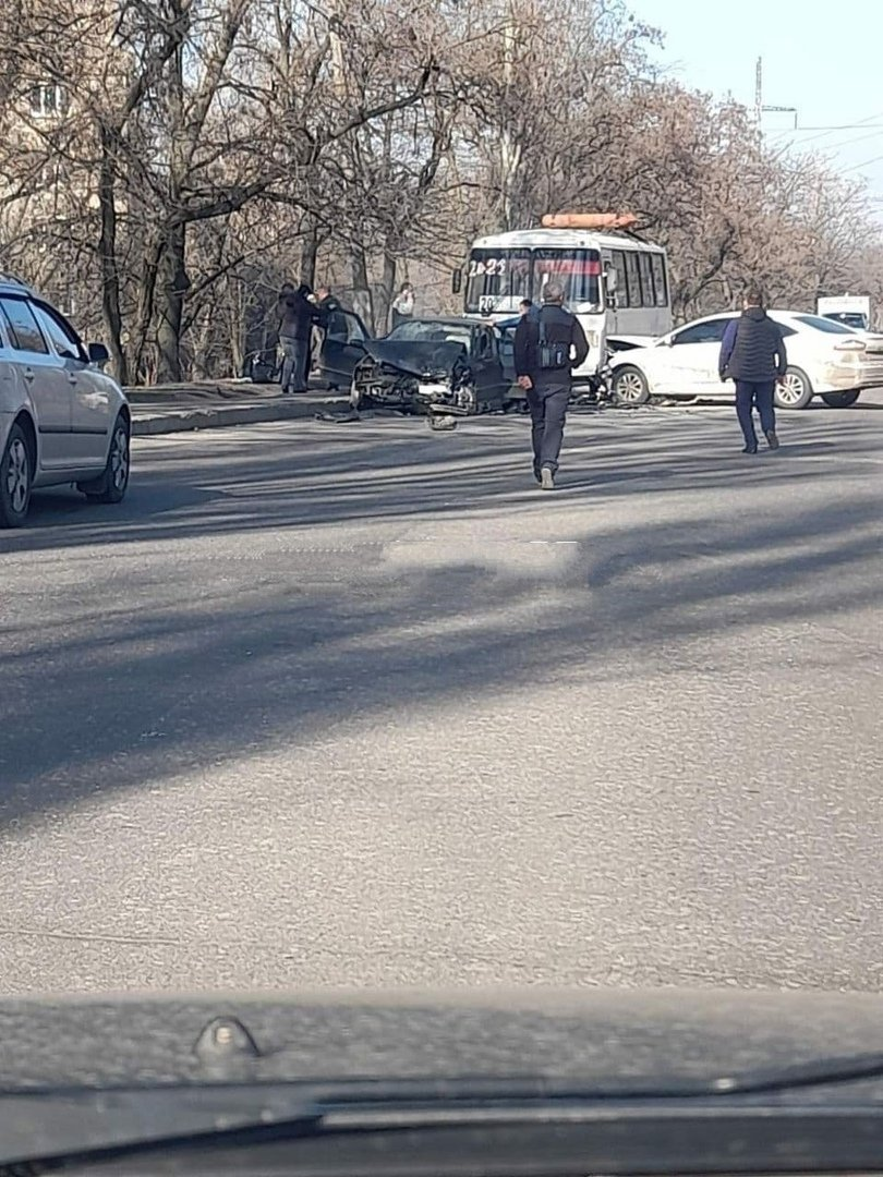 Пошли на таран: В Донецке два легковика врезались в автобус, - Фото, фото-1