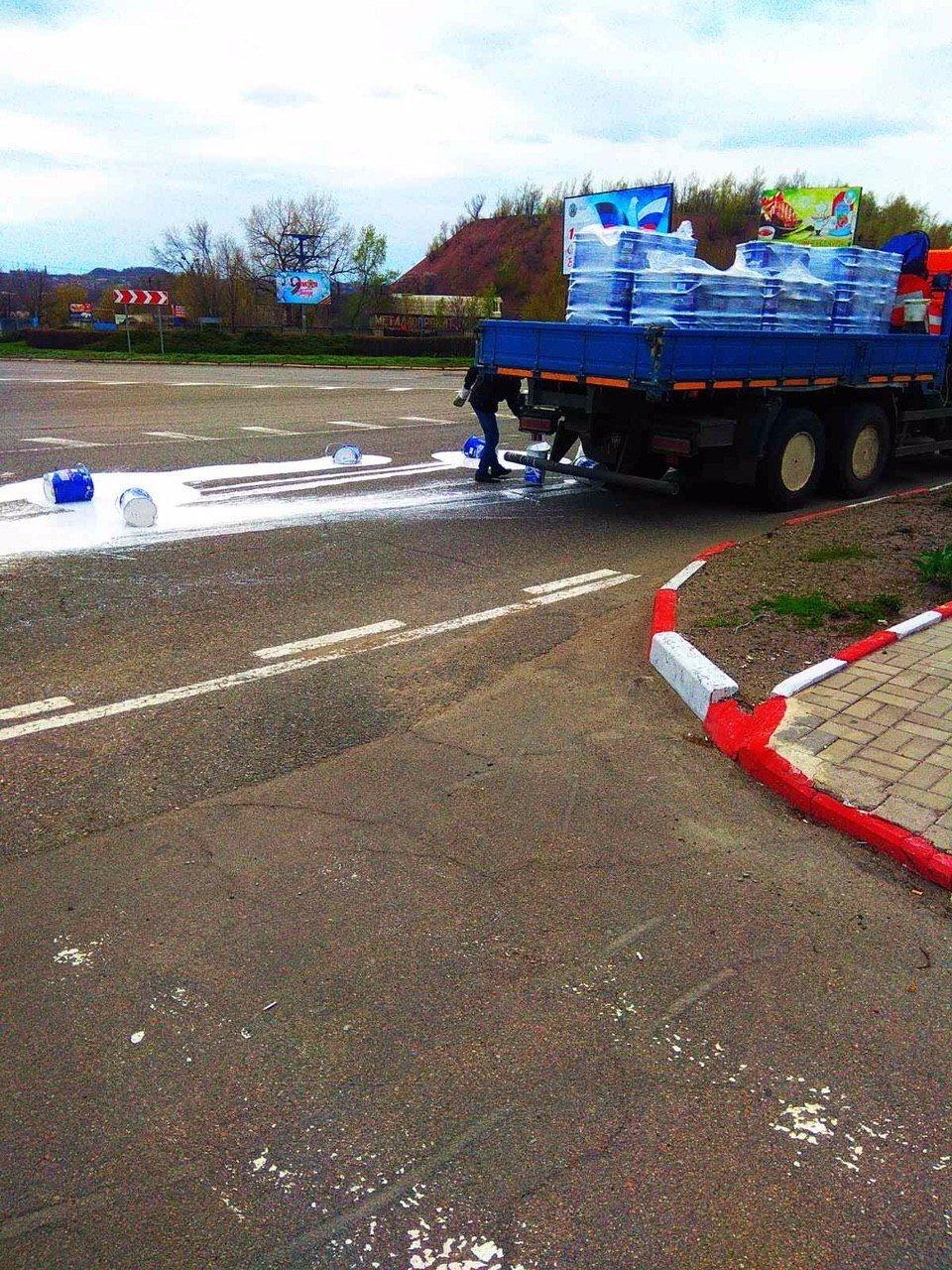 В Донецке на дорогу вылилось 20 ведер краски, - ФОТО, фото-1