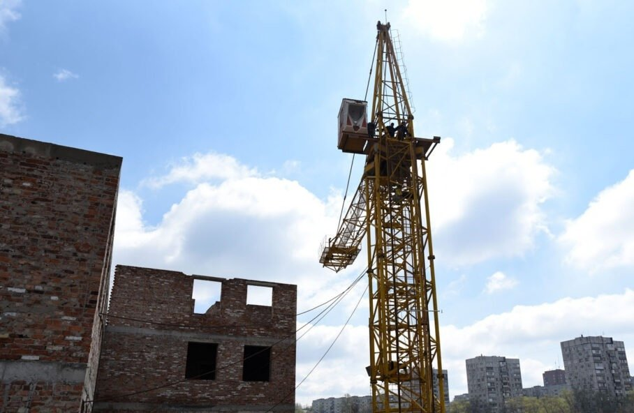 Новый металлолом, который повезут в РФ за копейки: в ОРДО режут башенные краны, - ФОТО, фото-1