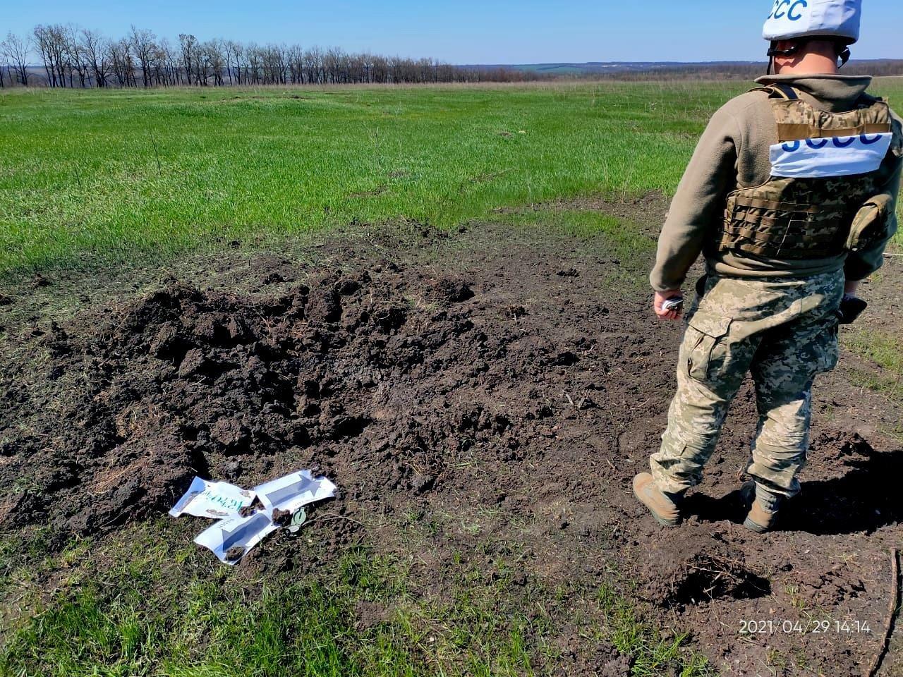 Оккупанты обстреляли населенный пункт у линии разграничения из 120-мм минометов, - ФОТО, фото-3