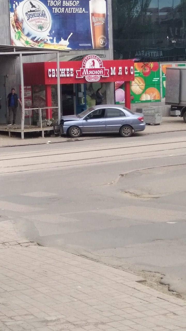 "В Донецке авто врезалось в ""Свежее мясо"" - ФОТОФАКТ, фото-1"