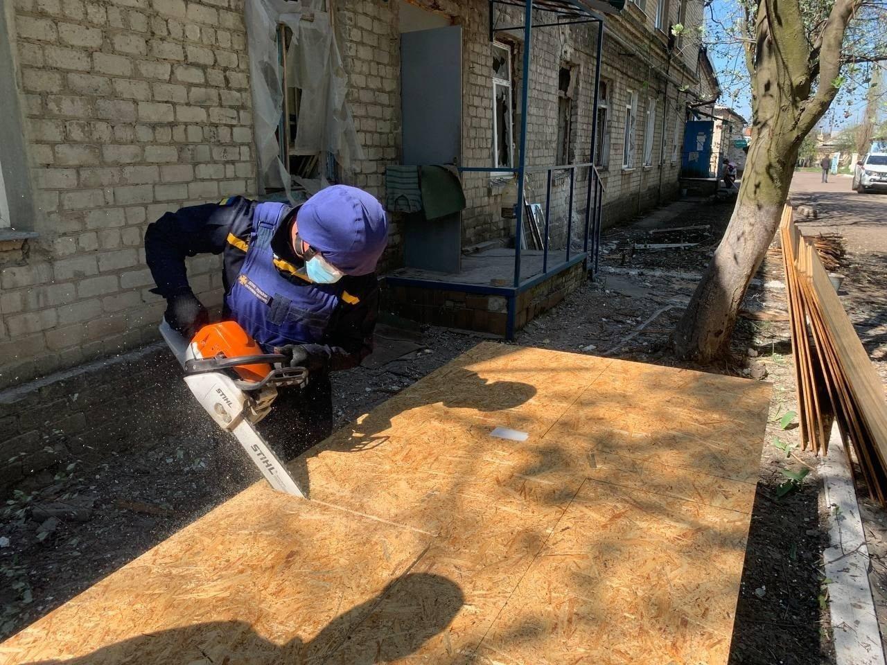 В Красногоровке ликвидируют последствия обстрела больницы,- ФОТО, фото-2