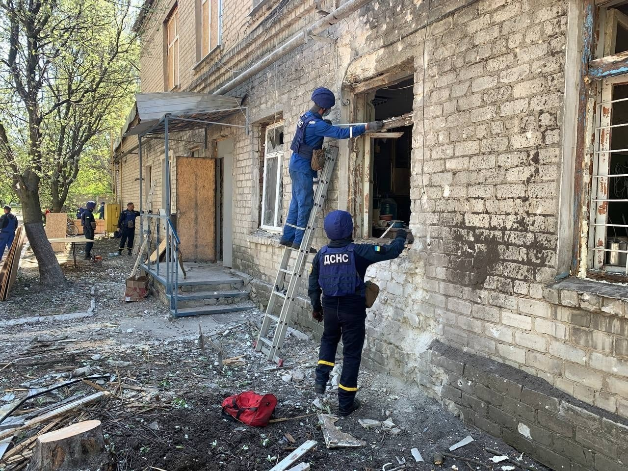 В Красногоровке ликвидируют последствия обстрела больницы,- ФОТО, фото-3