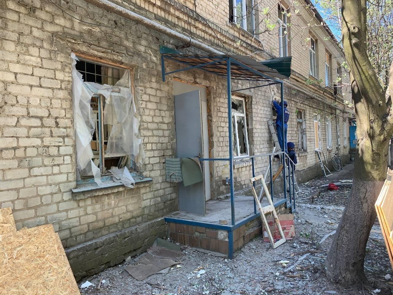 В Красногоровке ликвидируют последствия обстрела больницы,- ФОТО, фото-4