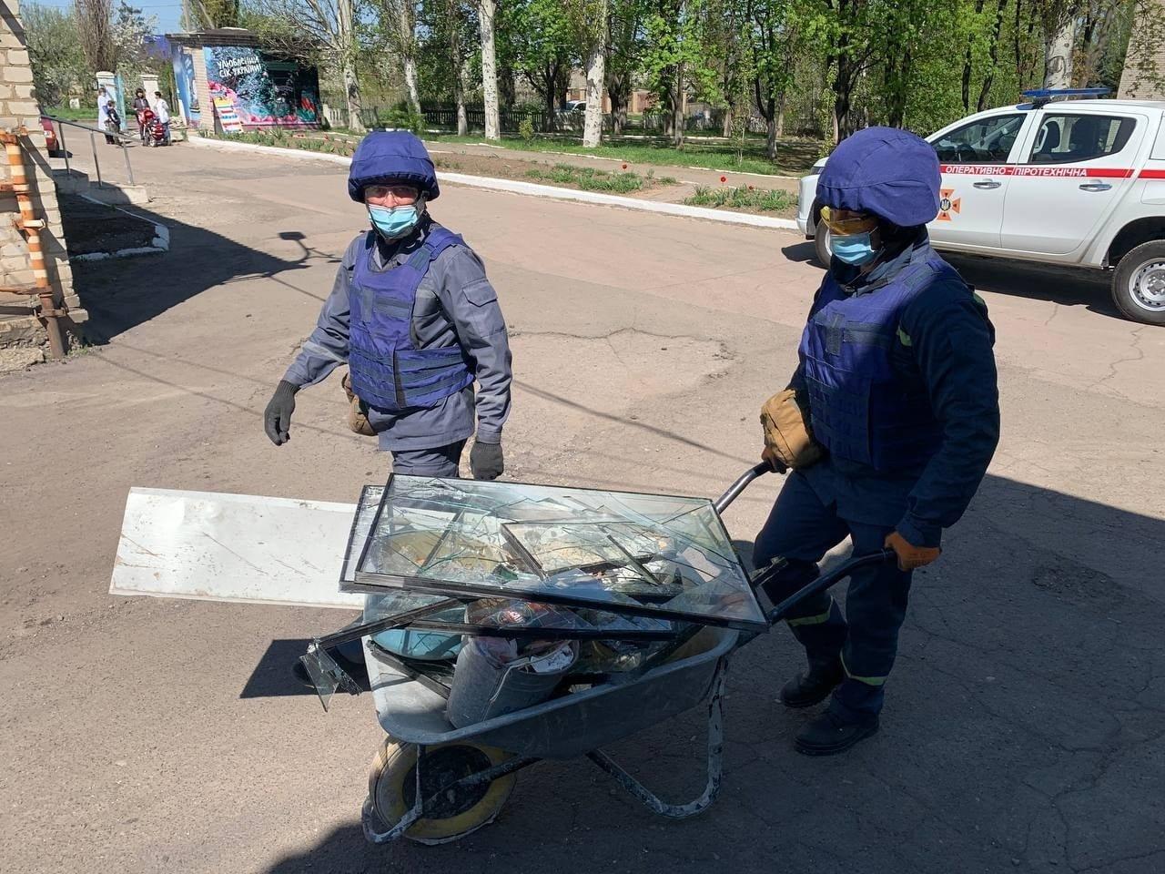 В Красногоровке ликвидируют последствия обстрела больницы,- ФОТО, фото-6