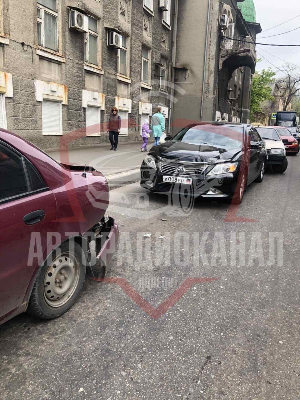 Автомобиль Toyota Camry стал участником сразу двух ДТП в Донецке, - ФОТО, фото-1