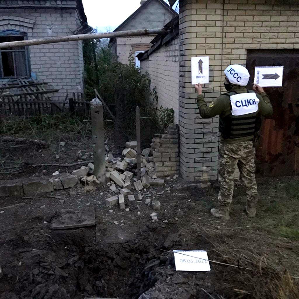 Российские оккупанты обстреляли из артиллерии Марьинку: повреждено шесть жилых домов, - ФОТО, фото-8