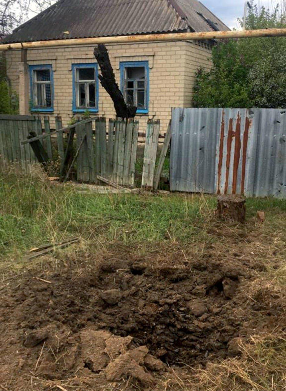 Российские оккупанты обстреляли из артиллерии Марьинку: повреждено шесть жилых домов, - ФОТО, фото-6