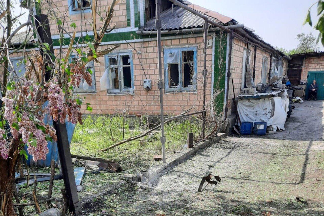 Российские оккупанты обстреляли Пески: мина попала в крышу частного дома и рарушила гостиную, - ФОТО, фото-1