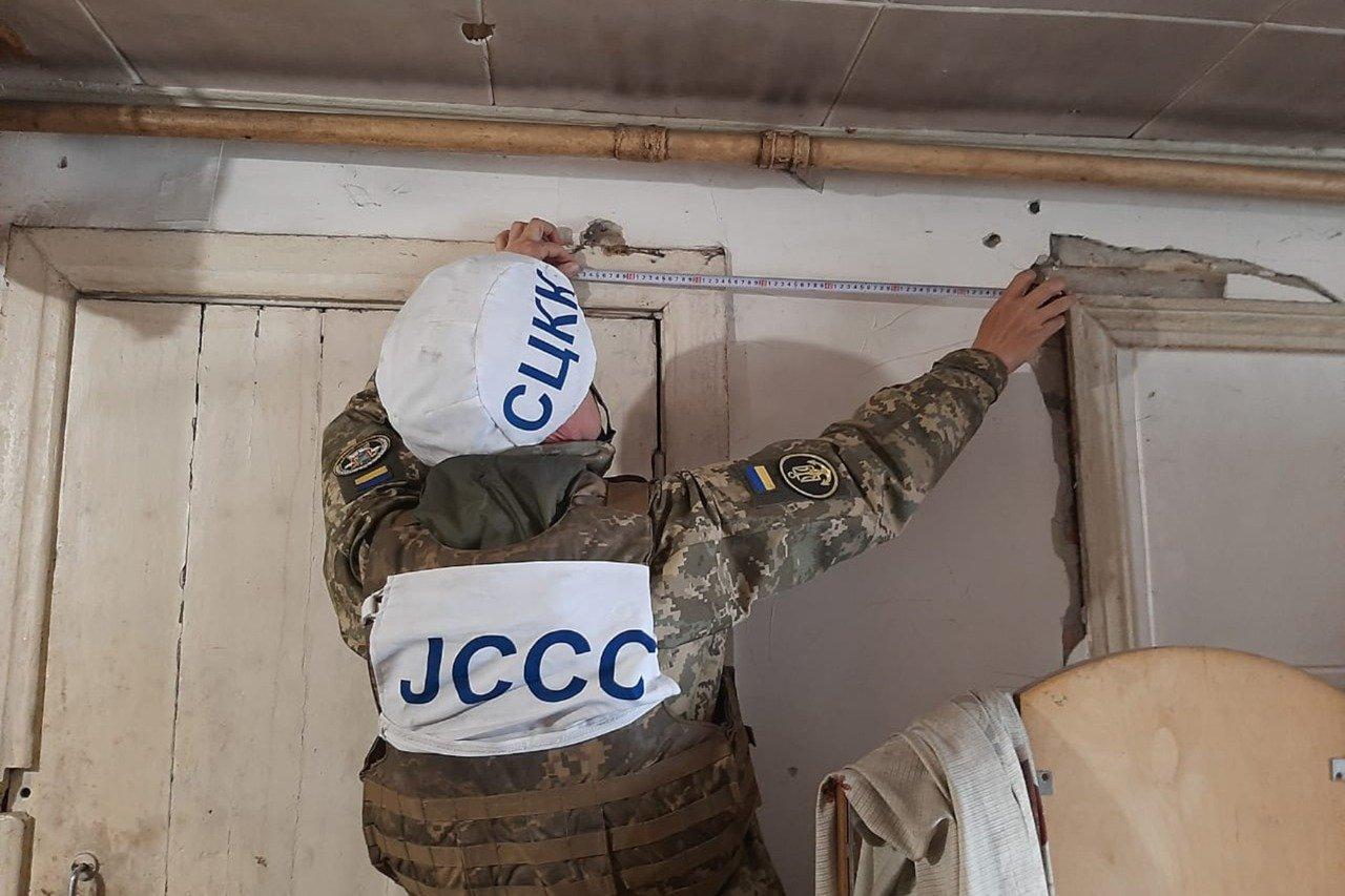 Российские оккупанты обстреляли Пески: мина попала в крышу частного дома и рарушила гостиную, - ФОТО, фото-7