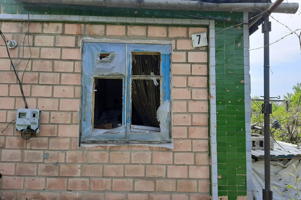 Российские оккупанты обстреляли Пески: мина попала в крышу частного дома и рарушила гостиную, - ФОТО, фото-8