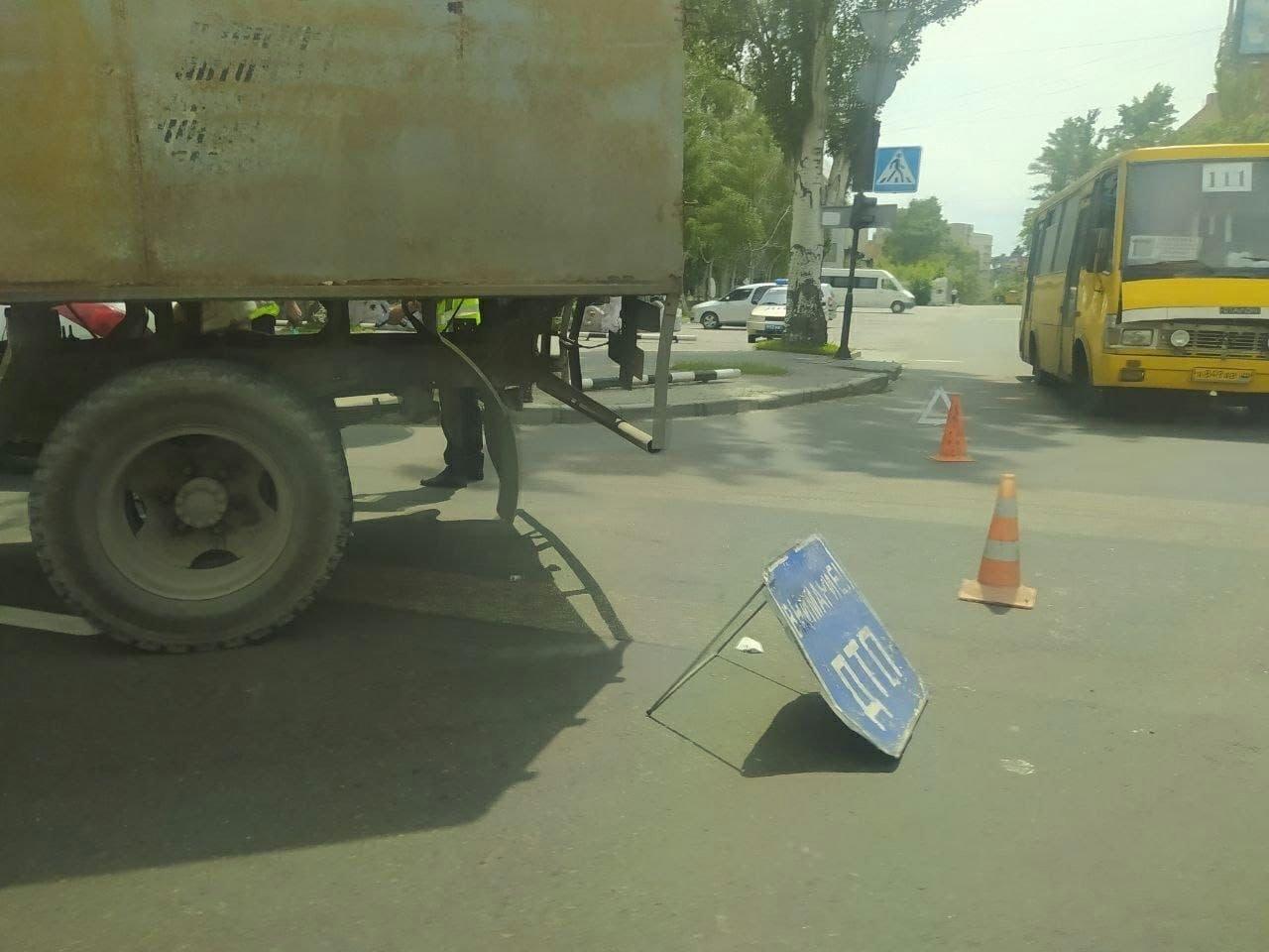В оккупированном Донецке столкнулись легковушка и грузовик, - ФОТО, фото-1