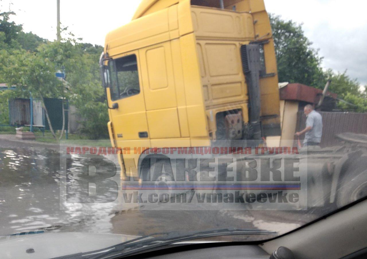 В оккупированной Макеевке грузовой автомобиль провалился под землю, - ФОТО, фото-1