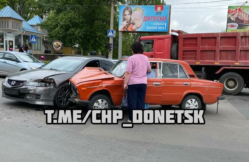 В оккупированном Донецке две легковушки не «поделили» перекресток, - ФОТО, фото-1