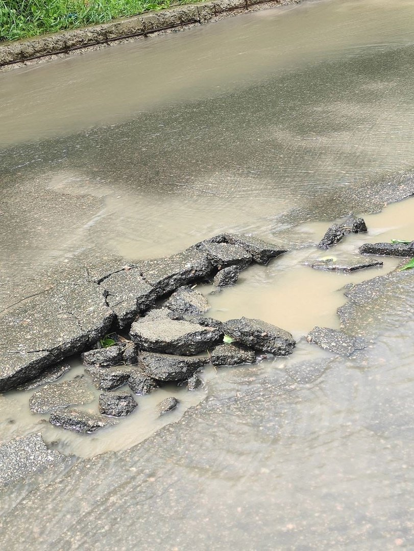 В оккупированном Донецке дождевая вода смывает асфальт, - ФОТО, фото-1