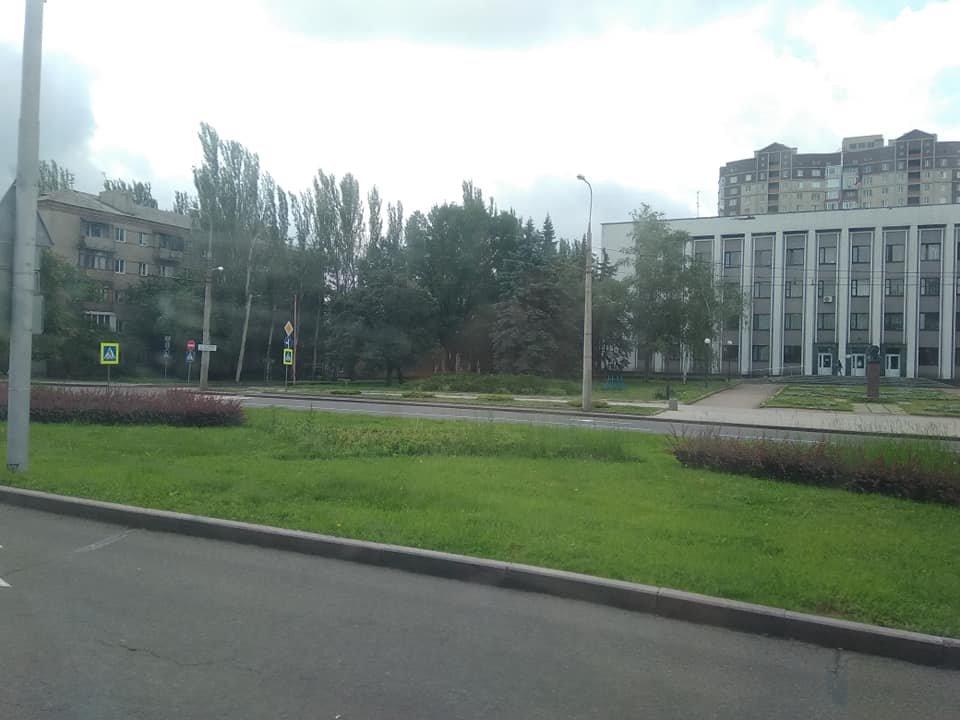 В оккупированном Донецке показали клумбы, зарастающие сорняками, - ФОТО, фото-3