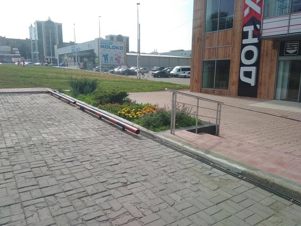 «Правый сектор рулит»: в Донецке ограничитель на автостоянке окрасили в красно-черный цвет, - ФОТО, фото-1