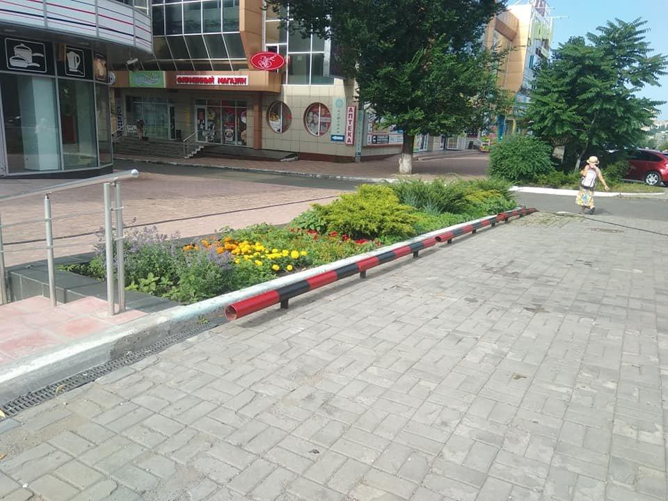 «Правый сектор рулит»: в Донецке ограничитель на автостоянке окрасили в красно-черный цвет, - ФОТО, фото-2