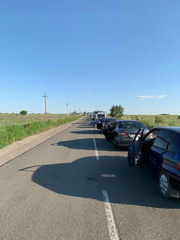 Ад под палящим солнцем: на неконтролируемом участке границы с РФ огромные очереди,- ФОТО, фото-3