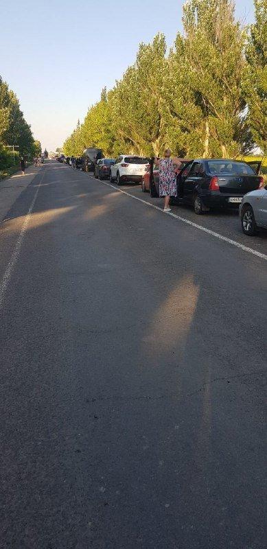 Ад под палящим солнцем: на неконтролируемом участке границы с РФ огромные очереди,- ФОТО, фото-5