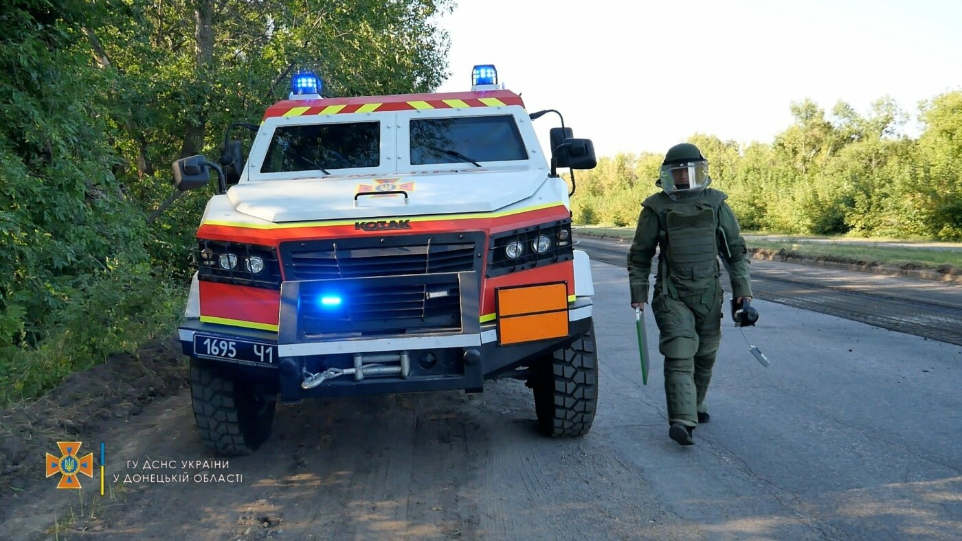 Саперы обезвредили боеприпас на трассе под Волновахой, - ФОТО, фото-1