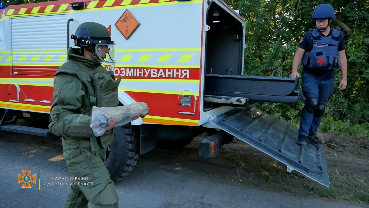 Саперы обезвредили боеприпас на трассе под Волновахой, - ФОТО, фото-3
