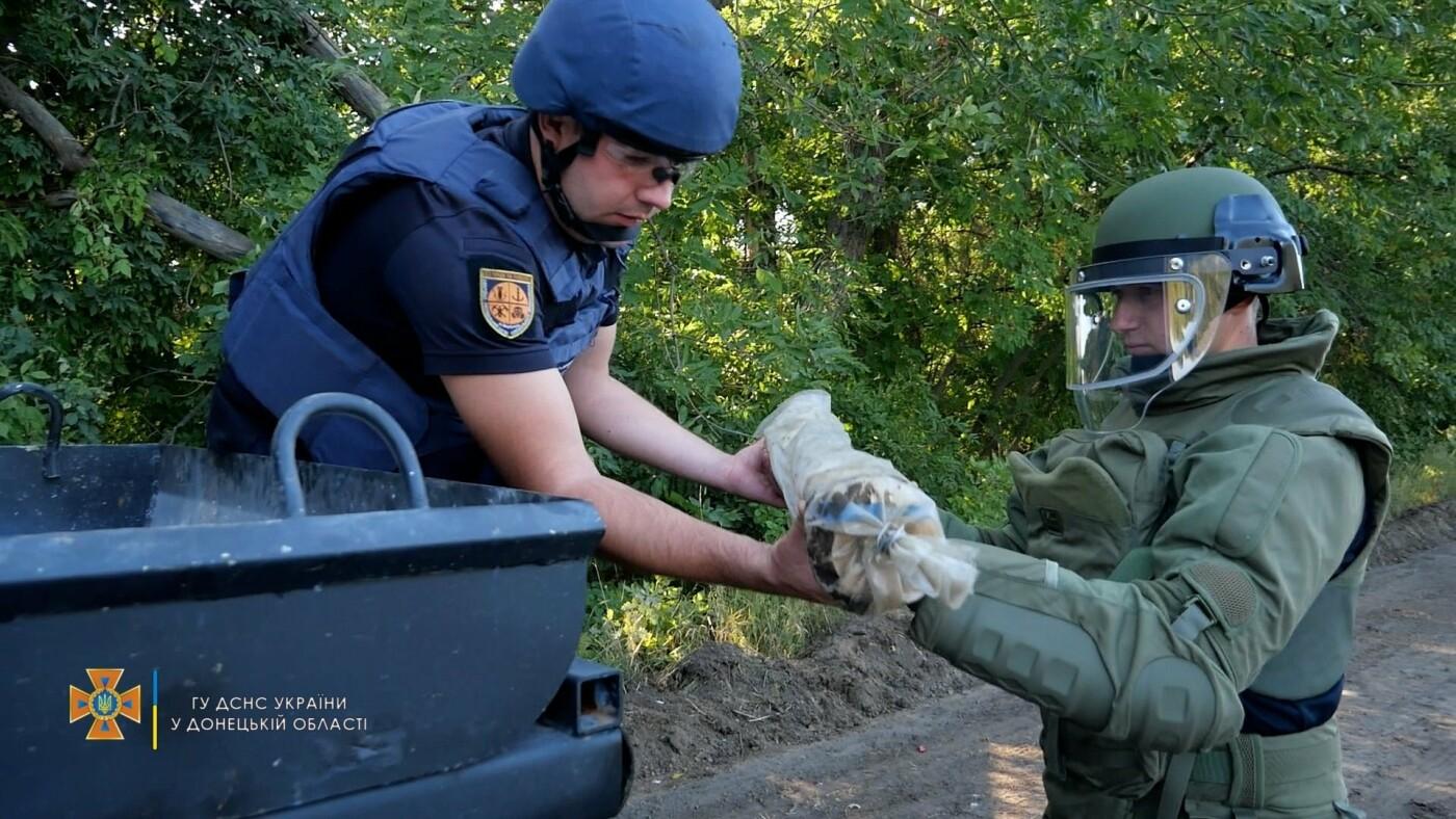 Саперы обезвредили боеприпас на трассе под Волновахой, - ФОТО, фото-6